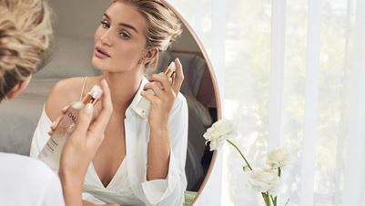 Βήμα – βήμα η skincare routine της Rosie Huntington-Whiteley