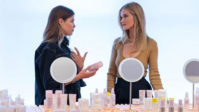 About Face:  Το νέο beauty project της Rosie Huntington-Whiteley είναι γεγονός